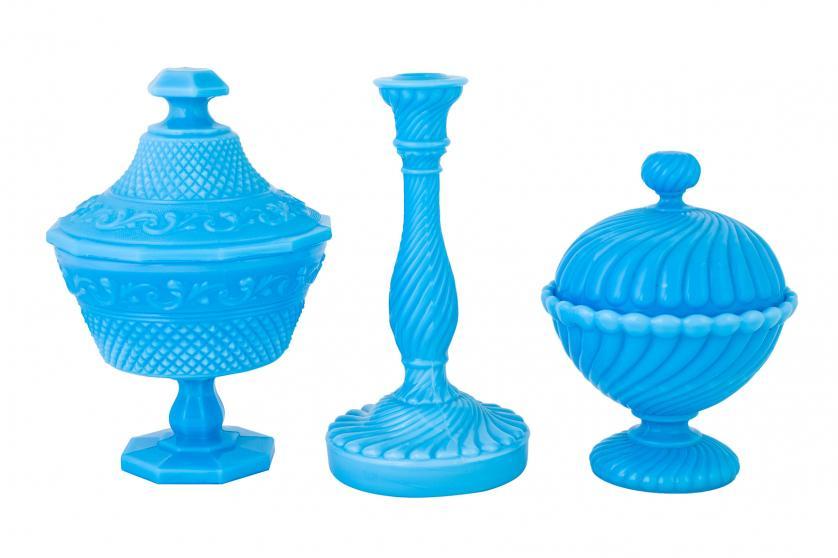 Tres piezas en opalina azul. Circa 1900
