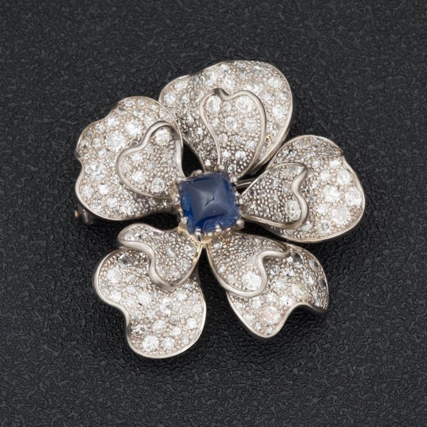 Broche de oro blanco con zafiro y diamantes