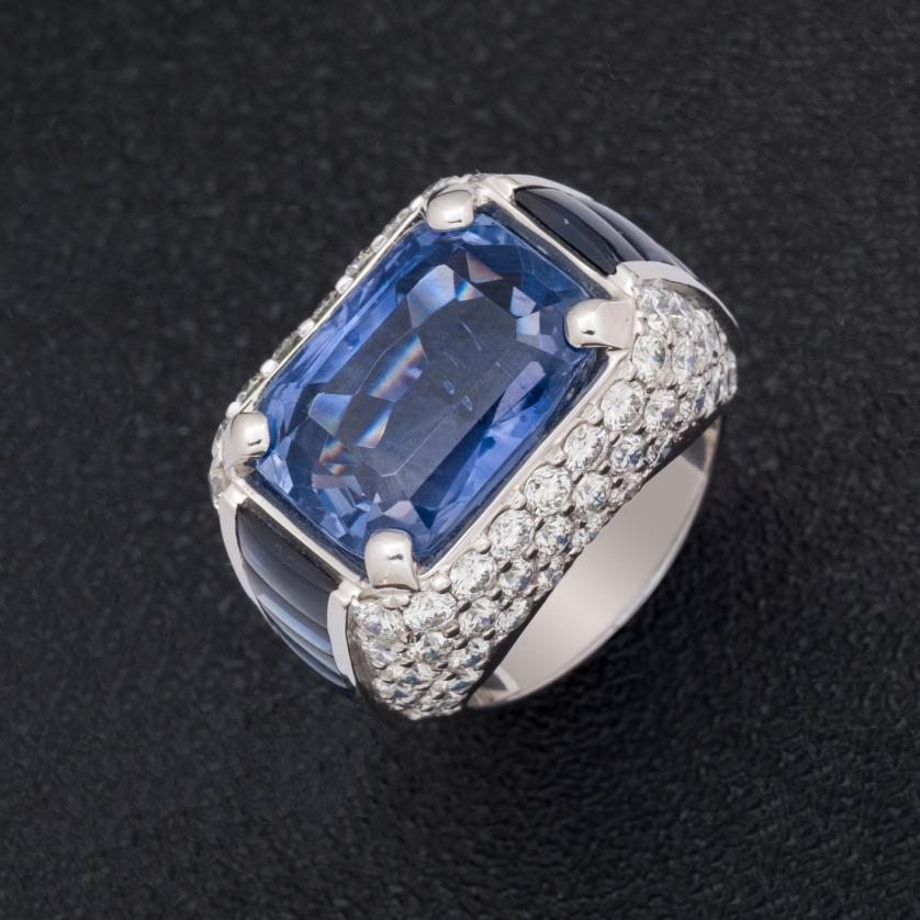 Sortija de oro con zafiros y diamantes
